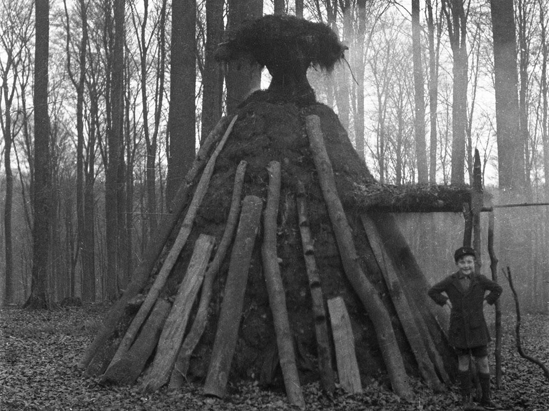 Historische Bilder von einer Köhlerhütte und von 2 Kohlemeilern